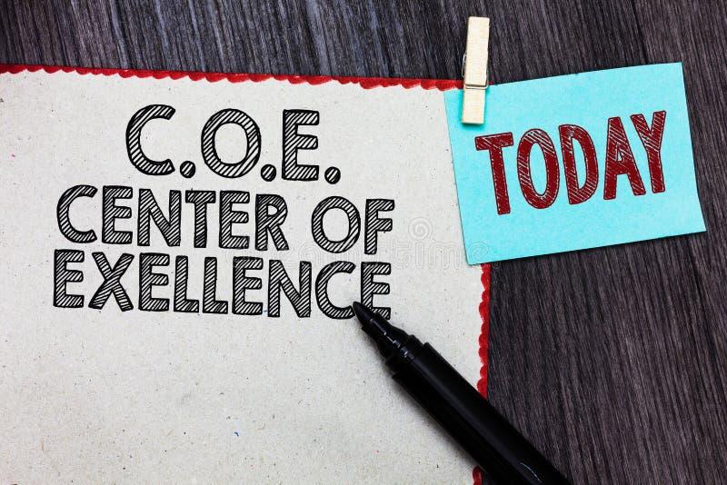 Nota de la escritura que muestra C O Centro de E de la excelencia La foto del negocio que muestra siendo líder alfa en su posició fotos de archivo libres de regalías