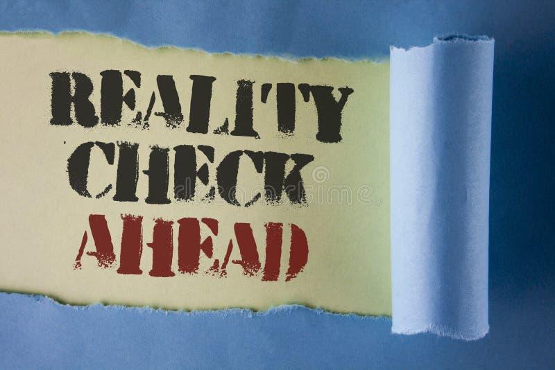 Nota de la escritura que muestra la confrontación con la realidad a continuación La exhibición de la foto del negocio revela la v foto de archivo