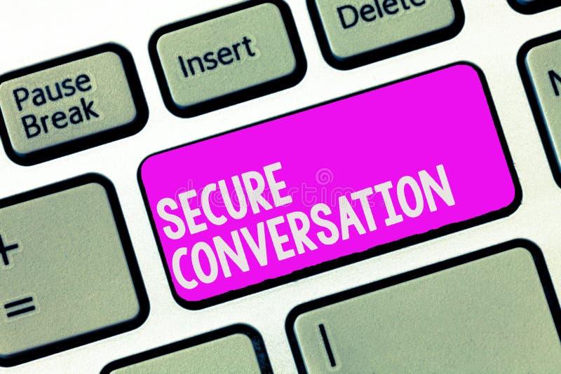 Nota de la escritura que muestra la conversación segura Foto del negocio que muestra la comunicación cifrada asegurada entre los  foto de archivo