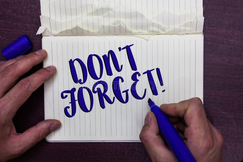Nota de la escritura que muestra a Don t para no olvidar La exhibición de la foto del negocio sabe de memoria piensa que detrás e foto de archivo libre de regalías
