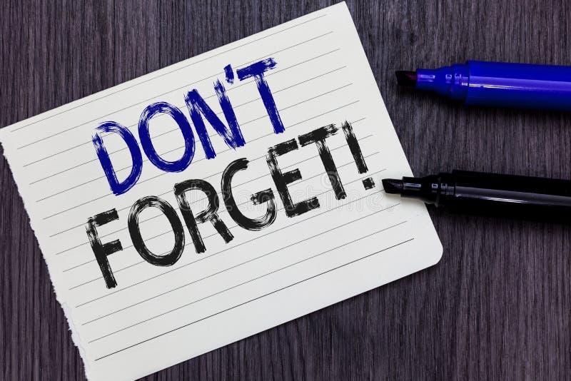 Nota de la escritura que muestra a Don t para no olvidar La exhibición de la foto del negocio sabe de memoria piensa que detrás e imagen de archivo libre de regalías