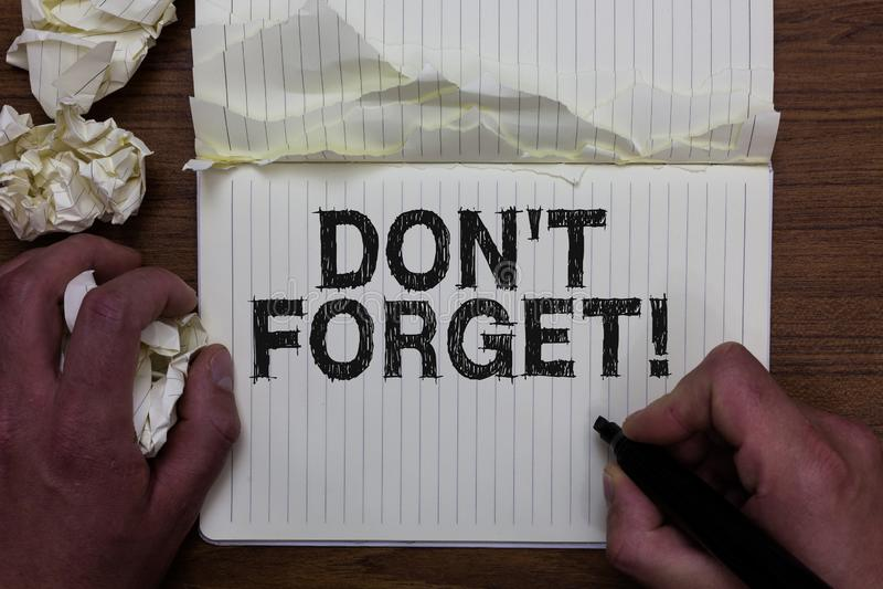 Nota de la escritura que muestra a Don t para no olvidar La exhibición de la foto del negocio sabe de memoria piensa que detrás e fotos de archivo