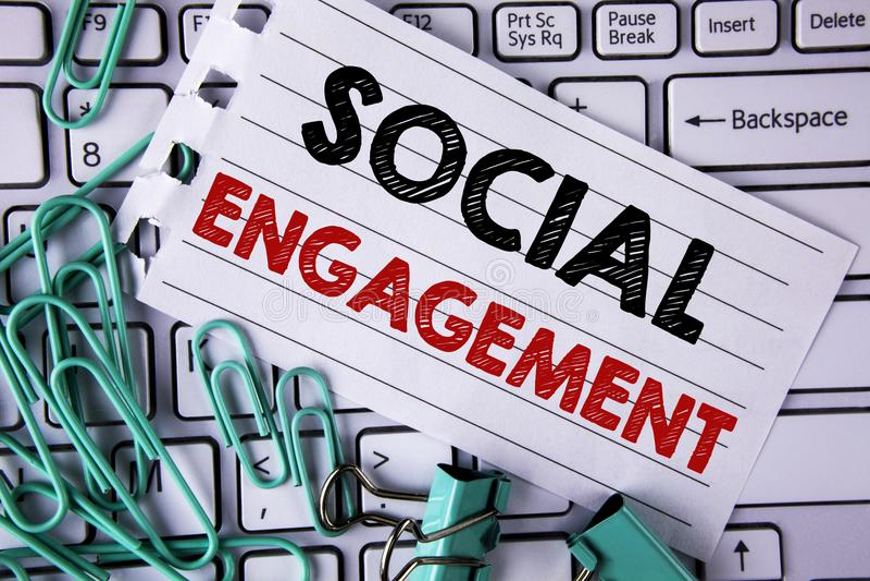 Nota de la escritura que muestra el compromiso social Los posts de exhibición de la foto del negocio consiguen el alto writte de  foto de archivo