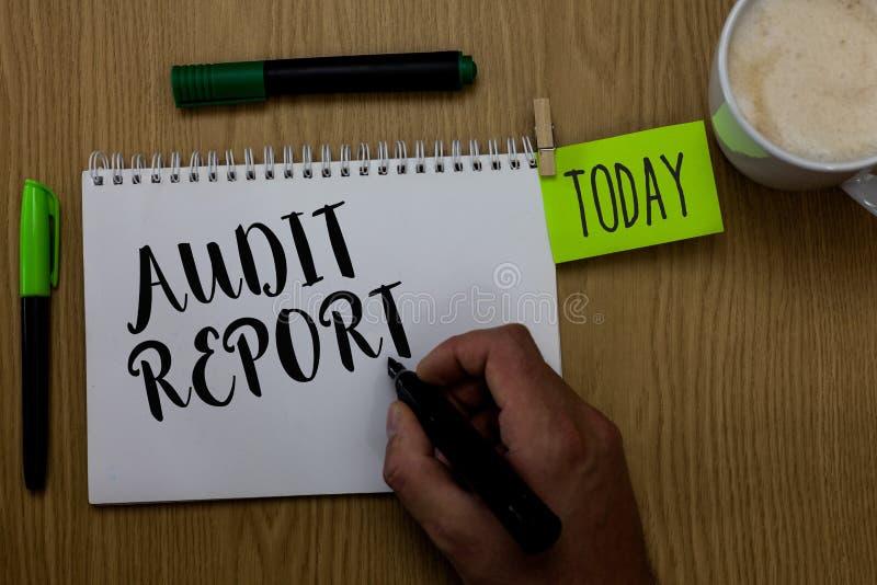 Nota de la escritura que muestra el informe de auditoría La foto del negocio que muestra una valoración de la situación financier foto de archivo libre de regalías