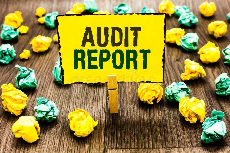 Nota de la escritura que muestra el informe de auditoría La foto del negocio que muestra una valoración de la situación financier imagen de archivo