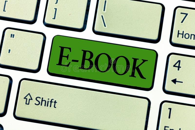 Nota de la escritura que muestra el libro de E Foto del negocio que muestra la versión electrónica del libro impreso que puede le imágenes de archivo libres de regalías