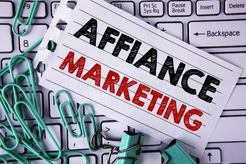 Nota de la escritura que muestra el márketing del Affiance Foto del negocio que muestra uniéndose a dos o más compañías en lo mis foto de archivo libre de regalías