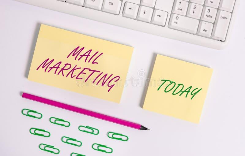 Nota de la escritura que muestra el m?rketing de correo El acto de exhibición de la foto del negocio del envío los mensajes comer fotos de archivo libres de regalías