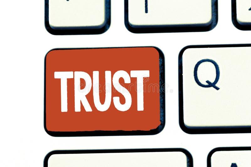 Nota de la escritura que muestra la foto del negocio de confianza que muestra creencia firme en verdad o capacidad de la confiabi fotografía de archivo libre de regalías