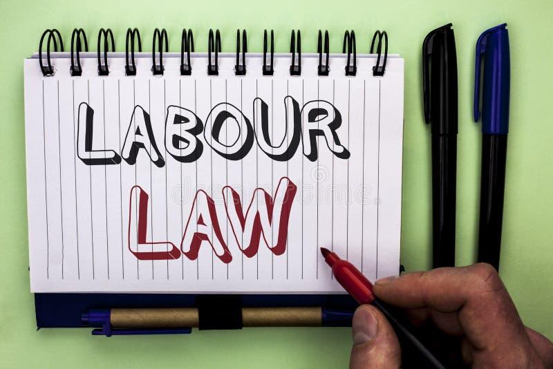 Nota de la escritura que muestra ley de trabajo El empleo de exhibición de la foto del negocio gobierna la legislación b escrito  imágenes de archivo libres de regalías