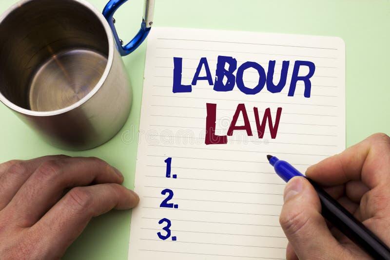 Nota de la escritura que muestra ley de trabajo El empleo de exhibición de la foto del negocio gobierna la legislación b escrito  fotografía de archivo libre de regalías