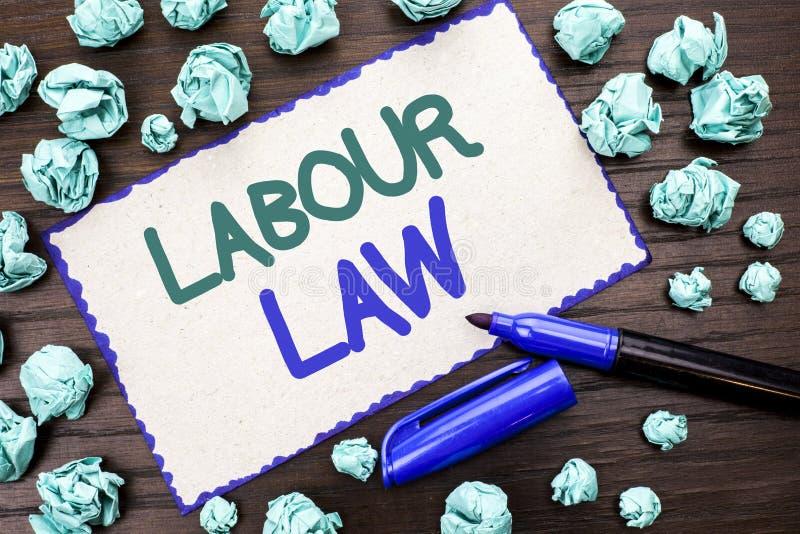 Nota de la escritura que muestra ley de trabajo El empleo de exhibición de la foto del negocio gobierna la legislación o escrito  imagen de archivo libre de regalías