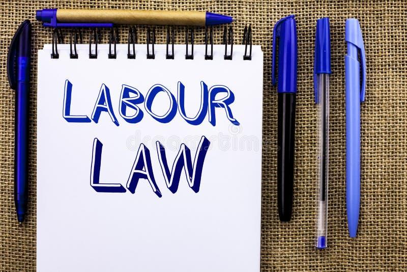 Nota de la escritura que muestra ley de trabajo El empleo de exhibición de la foto del negocio gobierna la legislación o escrito  fotos de archivo libres de regalías