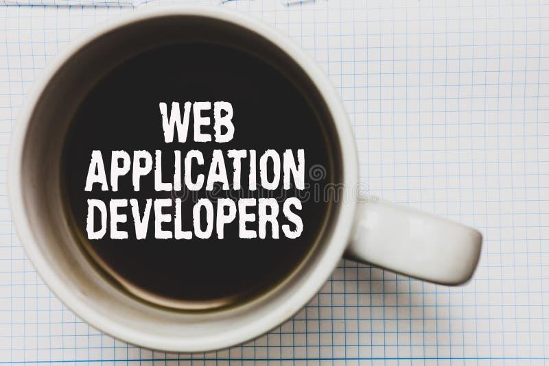 Nota de la escritura que muestra los desarrolladores de aplicación web Café programado de exhibición del software de la tecnologí imagen de archivo
