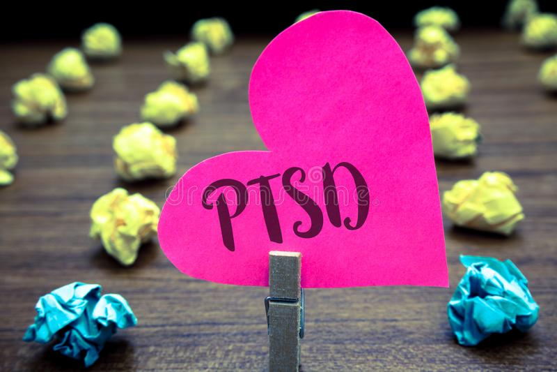 Nota de la escritura que muestra Ptsd Ob traumático de exhibición del papel de la depresión del miedo del trauma de la enfermedad foto de archivo