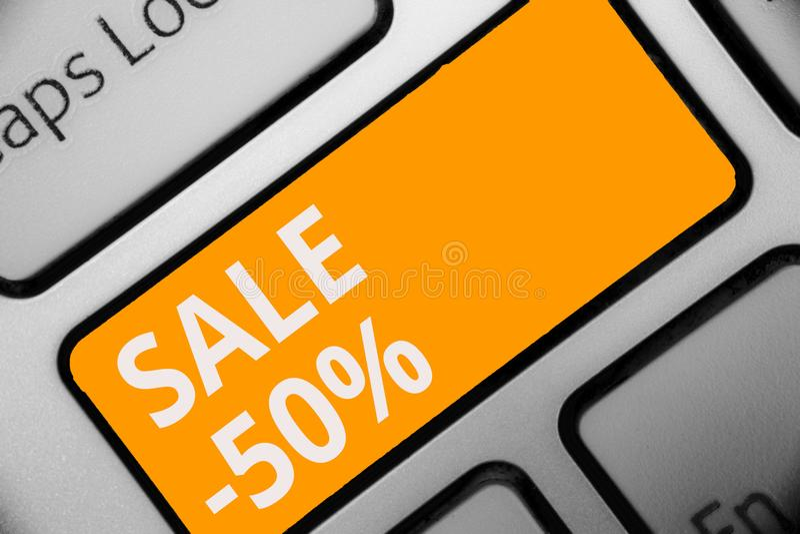 Nota de la escritura que muestra la venta 50 Foto del negocio que muestra precio del promo de A de un artículo en el 50 por cient imágenes de archivo libres de regalías
