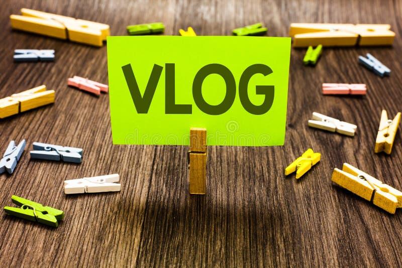 Nota de la escritura que muestra Vlog Arte de clips entretenido de exhibición de las historias de la información de las noticias  imagen de archivo libre de regalías