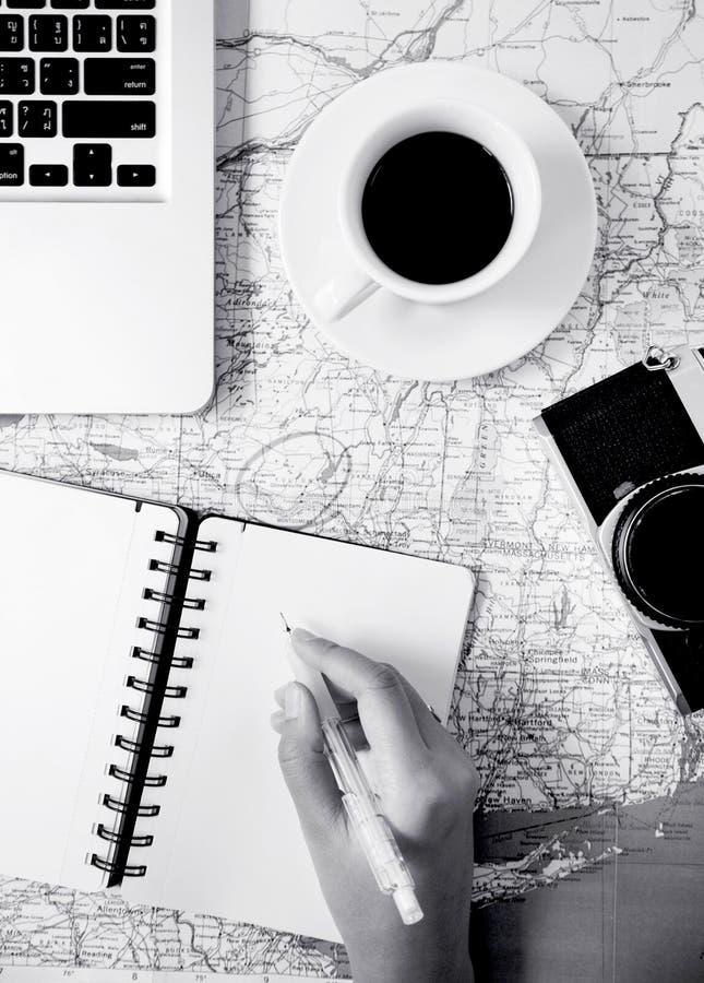 Nota de la escritura sobre mapa con diseño blanco y negro de los accesorios fotografía de archivo