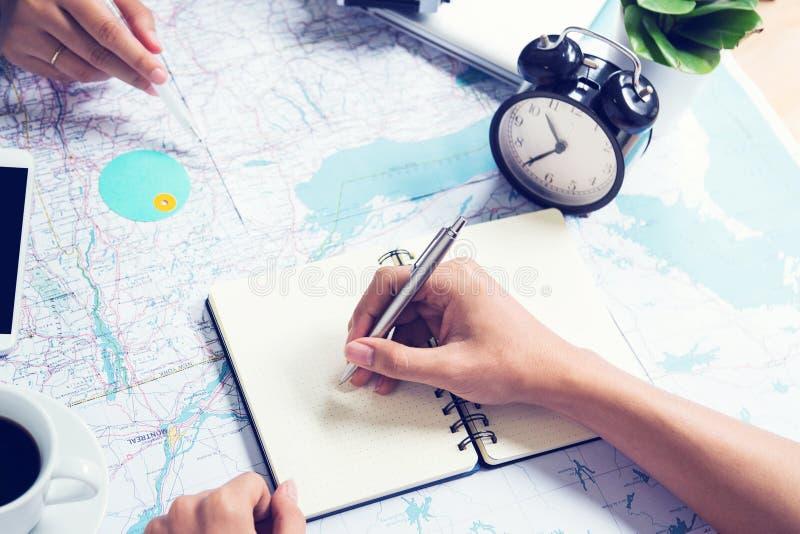 Nota de la escritura y consulta para viajar en mapa foto de archivo