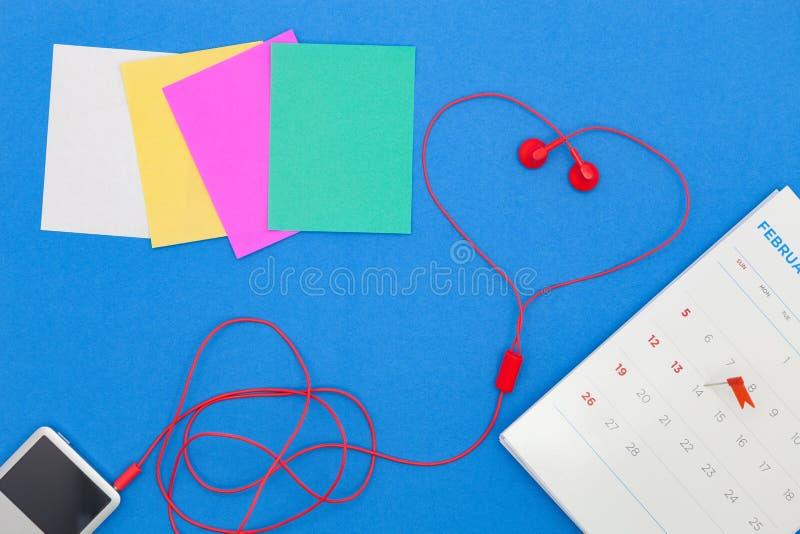 A nota de papel colorida e o pino vermelho do impulso dia ao 14 de fevereiro calen sobre fotografia de stock royalty free