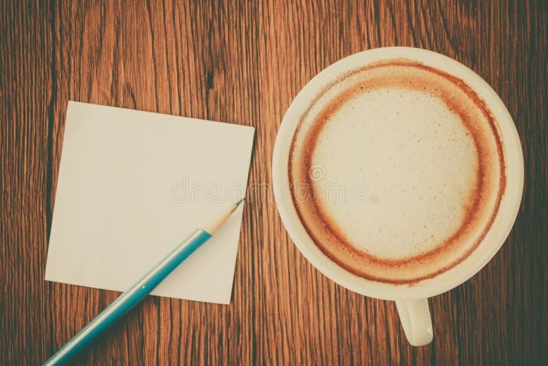 Nota de papel con la taza del lápiz y de café foto de archivo libre de regalías