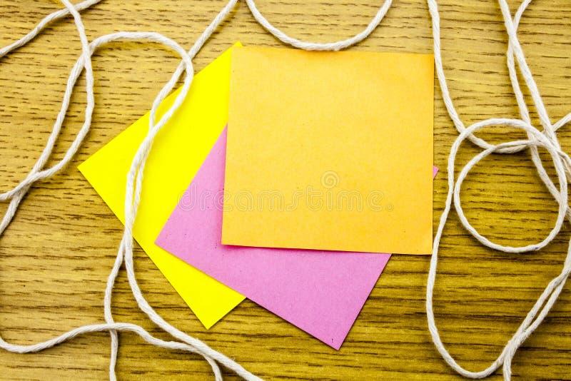Nota de papel de la etiqueta engomada sobre fondo de madera Formas en blanco para las notas de los trabajadores ilustración 3D libre illustration