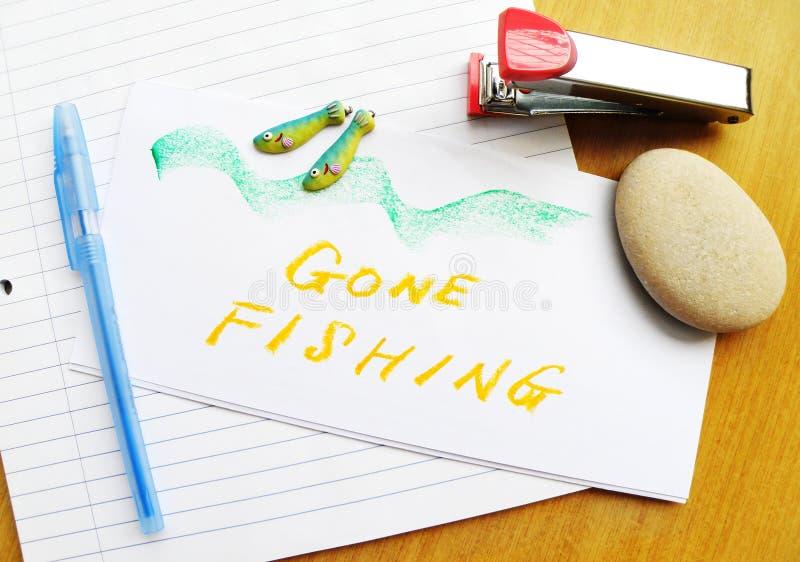 Nota de pesca ida na mesa foto de stock royalty free