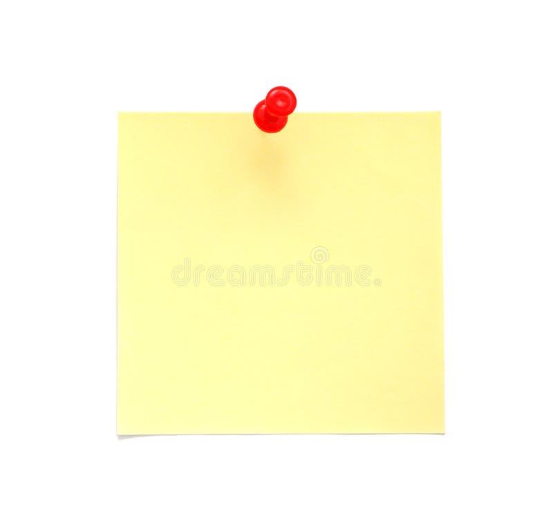 Nota de post-it amarela em branco com o pino vermelho do impulso foto de stock