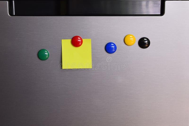 Nota de post-it en blanco con sobre el refrigerador fotografía de archivo