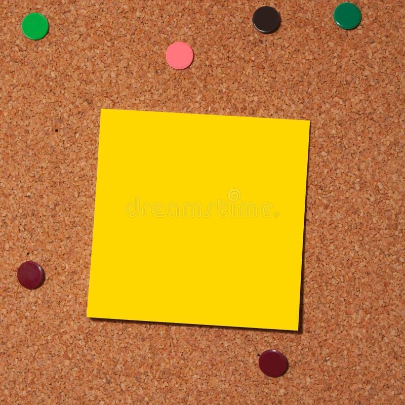 Nota de post-it sobre corcho fotografía de archivo