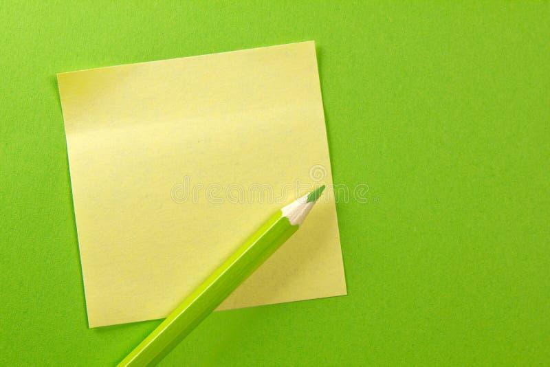 Nota del papel coloreado con el lápiz imagenes de archivo
