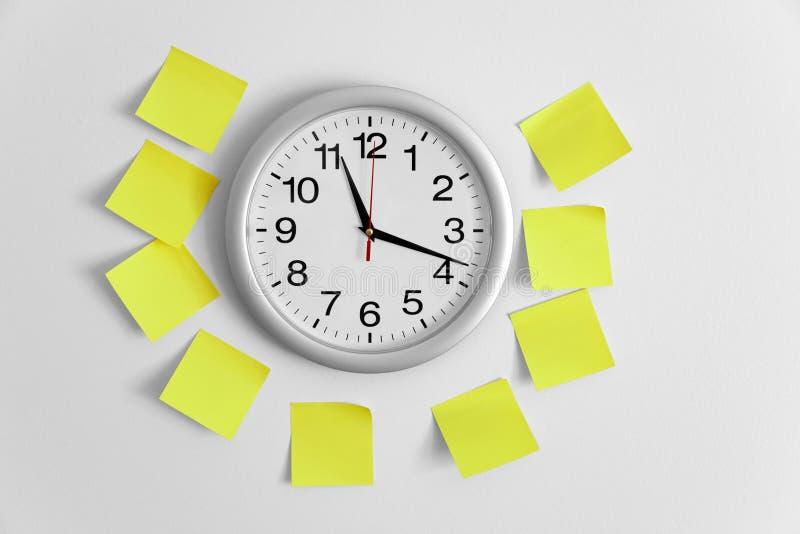 Nota del reloj y del pegamento imagen de archivo libre de regalías