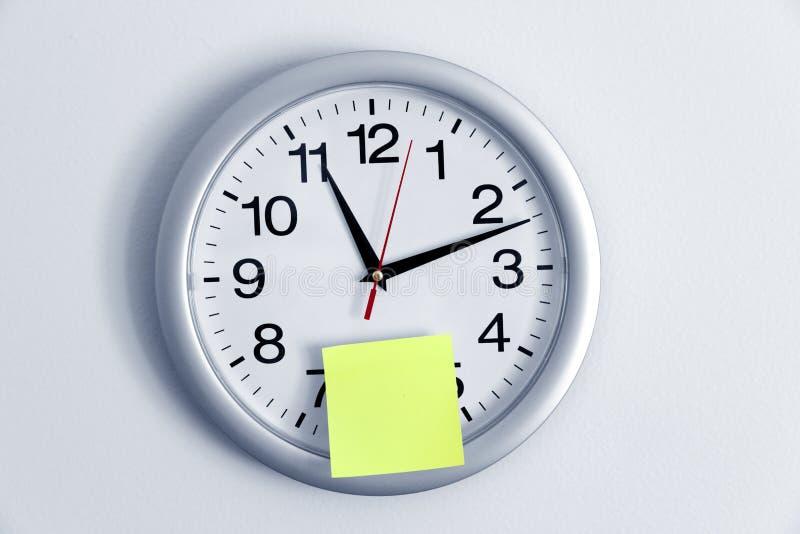 Nota del reloj y del pegamento foto de archivo libre de regalías