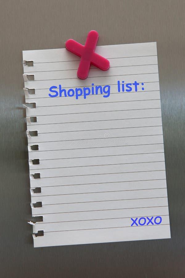 Nota della lista di acquisto su una porta del frigorifero con il magnete fotografia stock libera da diritti