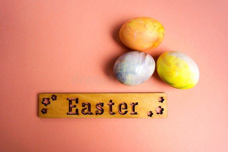 Nota di Pasqua ed uova di Pasqua dipinte fotografia stock libera da diritti