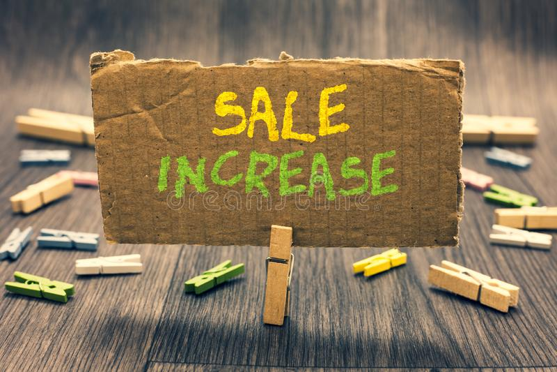 Nota di scrittura che mostra aumento di vendita La foto di affari che montra il volume di vendite medio si è sviluppata amplifica fotografie stock
