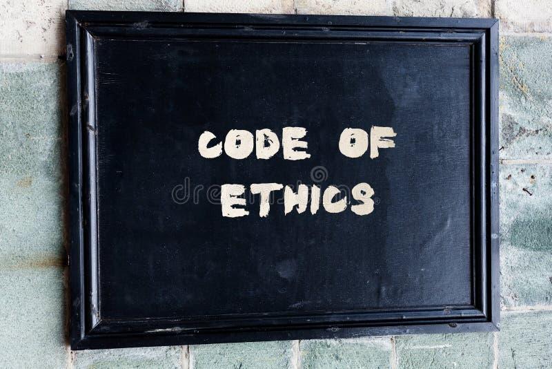 Nota di scrittura che mostra codice etico La foto di affari che montra la guida di base per comportamento professionale ed impone fotografia stock