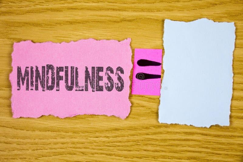 Nota di scrittura che mostra consapevolezza La foto di affari che montra essendo calma cosciente di consapevolezza accetta i pens immagini stock
