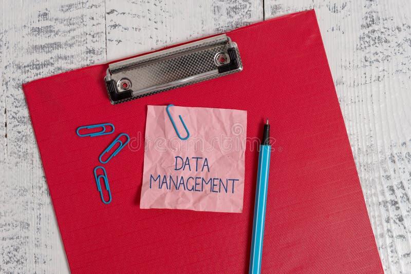Nota di scrittura che mostra gestione dei dati Foto di affari che montra la pratica dei dati d'organizzazione e di mantenimento fotografie stock libere da diritti