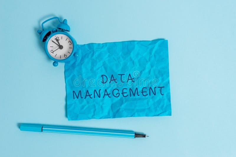 Nota di scrittura che mostra gestione dei dati Foto di affari che montra la pratica dei dati d'organizzazione e di mantenimento immagini stock libere da diritti