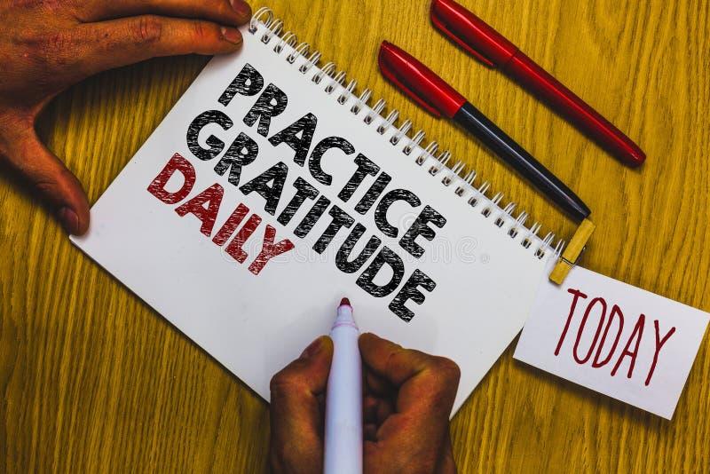 Nota di scrittura che mostra il quotidiano di ringraziamento di pratica Montrare della foto di affari è riconoscente a coloro che immagine stock libera da diritti