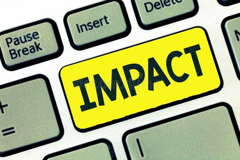 Nota di scrittura che mostra impatto Foto di affari che montra un'azione di un oggetto che viene con forza nel contatto con un al immagine stock libera da diritti
