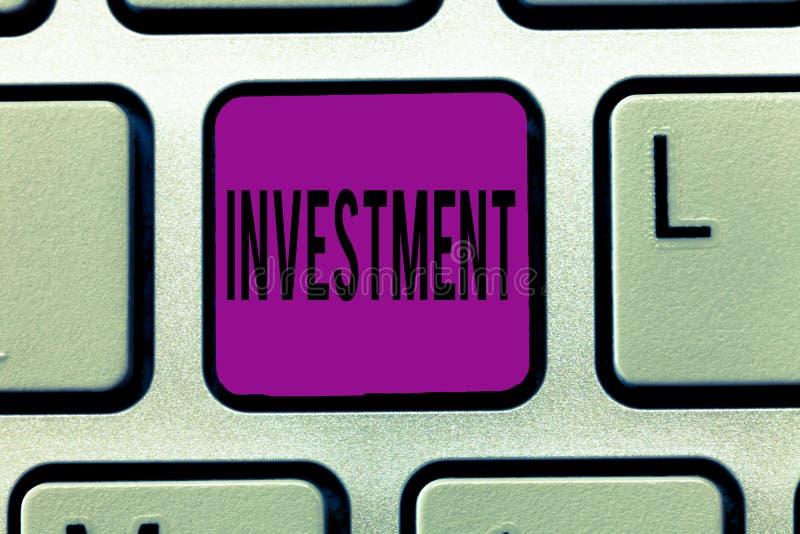 Nota di scrittura che mostra investimento Foto di affari che montra azione o processo di investimento dei soldi per ottenere prof immagini stock