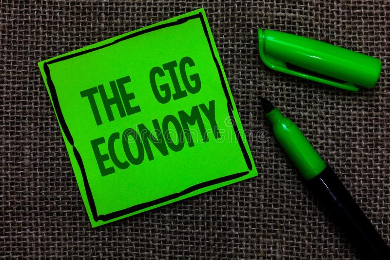 Nota di scrittura che mostra l'economia dell'evento La foto di affari che montra il mercato dei contratti a breve termine freelan fotografia stock