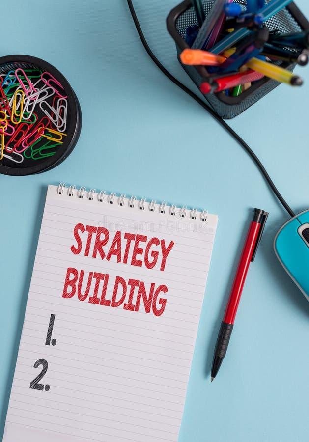 Nota di scrittura che mostra la costruzione di strategia Foto di affari che montra facendo leva acquisto ed acquisto degli altri  immagine stock