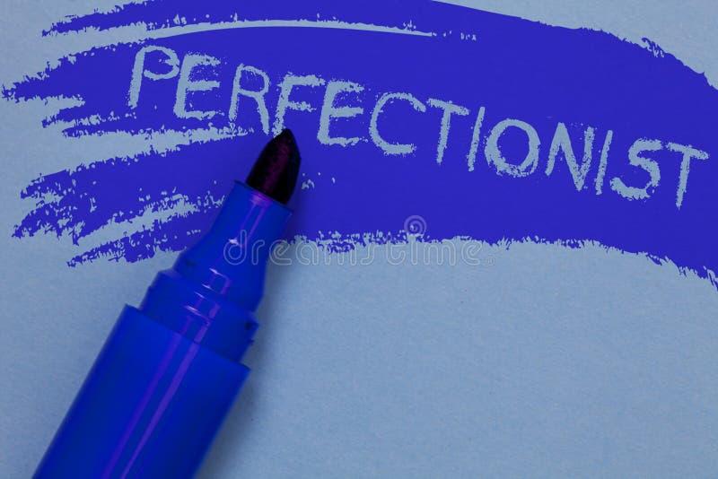 Nota di scrittura che mostra la foto perfezionista di affari che montra persona che vuole tutto essere blu audace perfetto di più fotografia stock