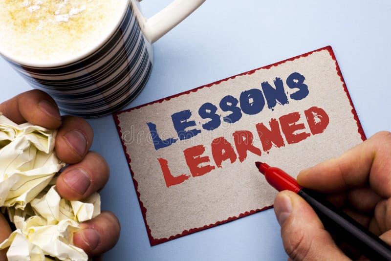 Nota di scrittura che mostra le lezioni istruite Foto di affari che montra le esperienze che dovrebbero essere in futuro writt co immagine stock