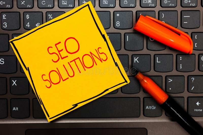 Nota di scrittura che mostra Seo Solutions La foto di affari che montra gli ospiti di aumento della pagina di risultato del motor immagine stock