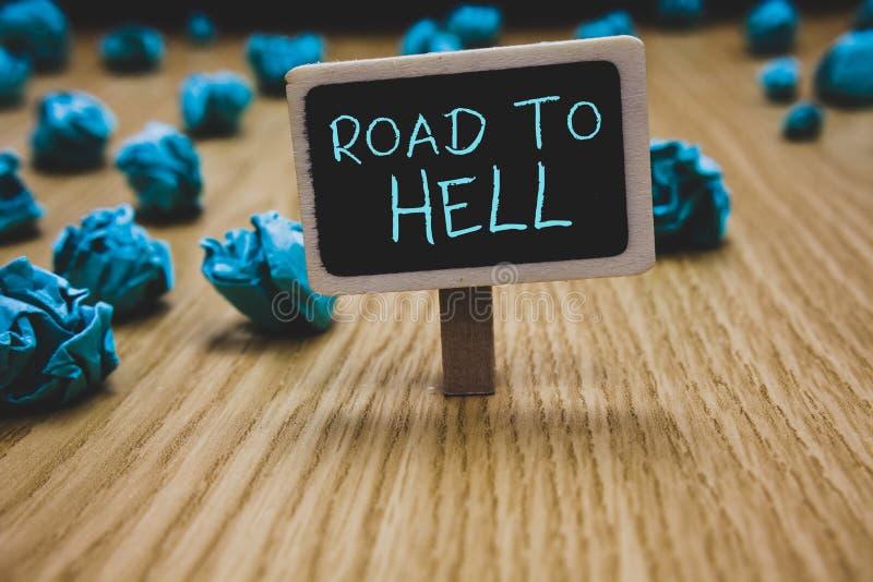 Nota di scrittura che mostra strada all'inferno Foto di affari che montra il Cr pericoloso rischioso scuro della lavagna di viagg immagine stock libera da diritti