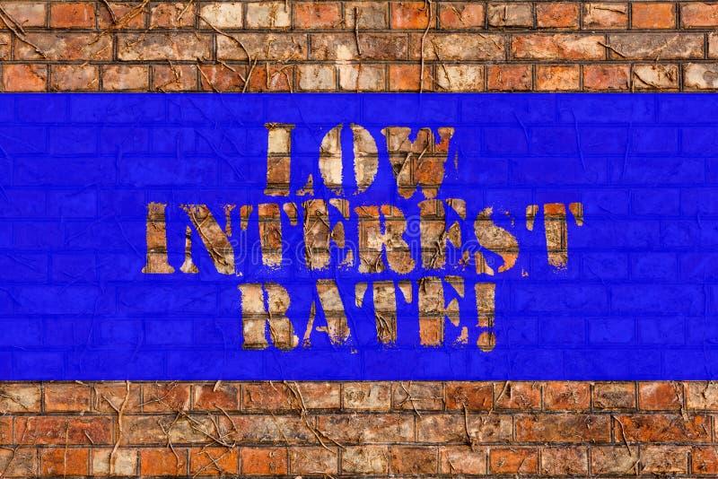 Nota di scrittura che mostra tasso a basso interesse Foto di affari che montra percentuale che la banca aggiunge ogni anno sul ma fotografie stock